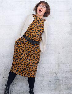 Kleid Nr. 4 ist ein Oversized Modell mit überschnittenen Schultern und vielen individuellen Möglichkeiten: Egal ob als Kleid, Tunika oder Bluse, mit oder ohne nahtverdeckten Taschen: Du hast die Wahl zwischen verschiedenen Längen und Armlängen –  und kannst dir dein ganz persönliches Einzelstück nähen. Baby Hut, High Neck Dress, Dresses, Fashion, Sew Dress, Don't Care, Sewing Patterns, Kleding, Scale Model
