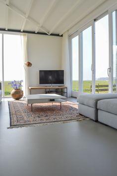 Grote ruimte met gladde textuur: breng grovere textuur in door middel van karpet, of gordijnen voor plezierige sfeer