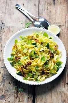 Dorian cuisine.com Mais pourquoi est-ce que je vous raconte ça... : Des pâtes sans gluten mais pas sans gourmandise comme si c'était l'été ! Tagliatelles aux fleurs de courgettes et au basilic!