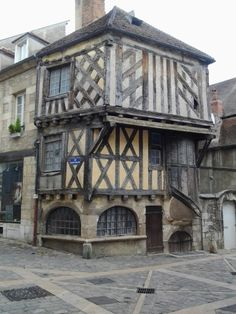 House of Clamecy - Burgundy - Maison de Clamecy – Bourgogne and its historic richness, here, a typically medieval ho - Architecture Cool, German Architecture, Historical Architecture, Vernacular Architecture, Medieval Houses, Medieval Town, Medieval Castle, Interesting Buildings, Beautiful Buildings