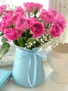 Подобная композиция будет стоить 1800 рублей. Возможный состав: кустовые волнистые розы (Marie Curie, Rose de Luxemburg или др), гипсофила; жестяной сосуд; размер композиции ~ 20*45 см
