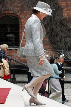 STOCKHOLM 20060430: Dronning Sonja på vei ut av Stadshuset i Stockholm etter lunsjen i forbindelse med kong Carl Gustafs 60-årsdag. Grå drakt, hatt, sko og håndveske. Foto: Håkon Mosvold Larsen / SCANPIX