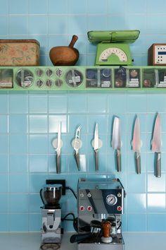 Gamle fliser og gamle krydderhyller i moderne kjøkken