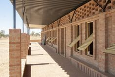 Escuela primaria Gangouroubouro / LEVS architecten
