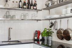 Kreativt kök med öppna hyllor