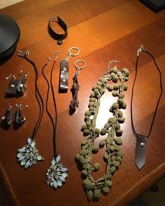 Collane, braccialetti, portachiavi, orecchini con pezzi di bigiotteria rotta o passata di moda, con vecchie cinture, autoreggenti