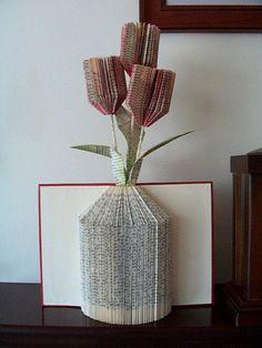 origami livre, vase et tulipes faits aves papier de livre