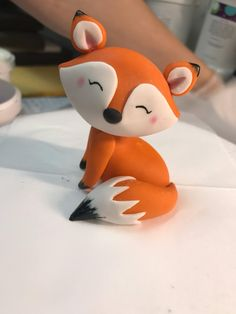 Sweet little fox, made of fondant with edible paint and edible colored dust accents. Shared by SPCN. use this technique, but for a racoon This edible fondant fox is just one of the custom, handmade pieces you'll find in our figurines shops. Fondant Cake Toppers, Fondant Cakes, Fondant Baby, Cupcake Toppers, Fondant Rose, Fondant Flowers, Cute Polymer Clay, Polymer Clay Projects, Fox Cake