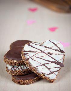 Gesunde Herz-Plätzchen, glutenfrei. Ohne Zucker, mit Datten, Hanfsamen und Cashews #glutenfrei #vegan #gesund (as)
