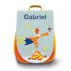 Joli sac à dos l'Oiseau Bateau, bleu ciel, décoré avec un joli Peter Pan, personnalisable avec un prénom brodé, qui permettra à votre enfant de vivre beaucoup d'aventures. #sacàdos #sacàdosenfant #sacàdospersonnalisable #sacàdosbrodé #broderie #sacenfant #bagage #bagageenfant #école #OiseauBateau #PeterPan