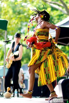 Article: Fatoumata Diawara Live at Central Park's SummerStage African Beauty, African Fashion, African Dance, African Traditions, Caribbean Culture, Photographs Of People, Tiny Dancer, Afro Art, Black Pride