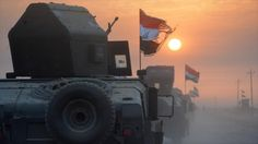Fuerzas iraquíes, a bordo de unos vehículos blindados, se dirigen hacia la ciudad de Mosul (norte de Irak), 10 de octubre de 2016.
