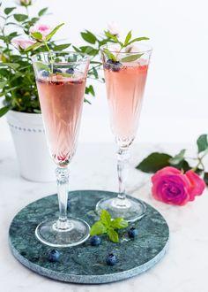 En elegant och snygg drink - perfekt till minglet! Om man vill ha en alkoholfri variant kan man ha i svartvinbärs saft istället för crème de cassis och alkoholfritt bubbel istället för prosecco. #drink #cocktail #prosecco #cassis Prosecco Drinks, Cocktails, Fancy Drinks, Floral Theme, Fancy Party, My Glass, Floral Wedding, Balloons, Beverages