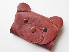◆厚さ1.4mmの革でお作りした、くまさんのキーケースです。◆お色は、赤みがかった茶色です。◆サイズは、縦7cm(耳は含まず)、横10cm、厚み2cmです。◆... ハンドメイド、手作り、手仕事品の通販・販売・購入ならCreema。