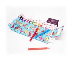 Estojinho com 12 mini lápis de cor, para fechar é só enrolar! Fechamento com velcro. Ótimo presente para as crianças.