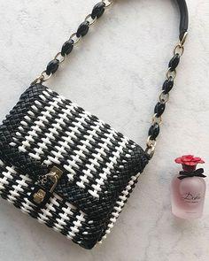 Er det dig der skal vinde en Dolce & Gabbana taske i flet en Dolce Rosa Excelsa parfume og et gavekort til @theoutnet? Deltag ved at svare rigtigt på spørgsmålet: Hvilke farver har den taske du kan vinde? Send ELK DOG A for pink og neonbrun. Send ELK DOG B for sort og hvid til 1266. Pris: 12 kr.  alm. sms-takst. Se alle vores konkurrencebetingelser på ELLE.dk/konkurrence #ELLEgoodiebag #theoutnet #dolcegabbana  via ELLE DENMARK MAGAZINE OFFICIAL INSTAGRAM - Fashion Campaigns  Haute Couture…