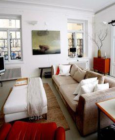 Tässä kodissa sohva suurine raheineen kutsuu oleiluun ja löhöilyyn. Tämä olohuone on tehty viihtymistä varten!