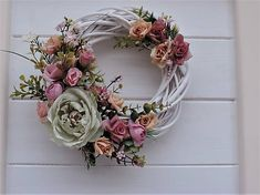 a spring décor on a door decorated with pins, roses, and decorative greenery on a wingspan. Vence, Greenery, Floral Wreath, Roses, Wreaths, Spring, Wall, Diy, Home Decor