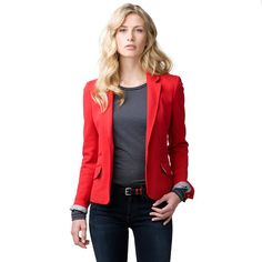 This blazer is crafted from a soft cotton blend. Sits on the hips. Accent seams. The tailored waistline flatters the feminine silhouette. Single-breasted styling. Pockets at hips. Vent at the back for easy movement and a perfect fit. Fully constructed and lined. Tommy Hilfiger logo tag at the cuff.Our model is 1.76m and is wearing a size S Tommy Hilfiger blazer.