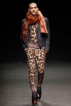 Vivienne Westwood (masculino) Outono-Inverno 2016/17: vestidos assimétricos, um híbrido de brogue com plataforma, um sarongue urbano em preto e prata… A ideia é mais confundir provocando do que confundir despistando.