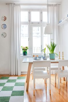 Staff mix of classic and modern with bright colors - Comfortable home