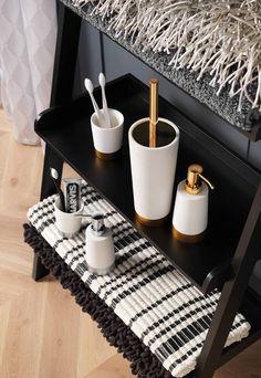 De design toiletruimte typeert zich door de combinatie van strakke vormen en een minimalistisch design. Varieer met materialen voor verschillende effecten.