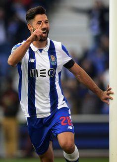 Porto's Brazilian defender Felipe celebrates after scoring a goal during the Portuguese league football match FC Porto vs Rio Ave FC at the Dragao stadium in Porto on January 21, 2017. / AFP / MIGUEL RIOPA