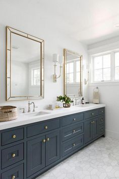Simple bathroom with dark blue cabinets, gold mirror and white marble floor tile. Blue Cabinets, Bathroom Cabinets, Bathroom Storage, Bathroom Organization, Bathroom Cleaning, Bathroom Shelves, Boho Bathroom, Simple Bathroom, Bathroom Ideas
