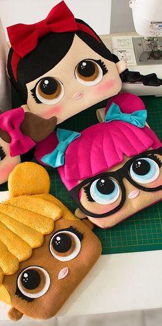 Curso de feltro online - Bolsas LoL surprise Baby Crafts, Felt Crafts, Fabric Crafts, Diy And Crafts, Doll Party, Lol Dolls, Girls Bags, Felt Fabric, Felt Toys