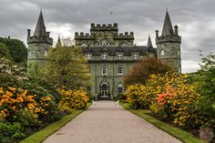 Visiting the scenic & green Inveraray Castle Scotland - the Interior and the Gardens - Photos from many angles and Practical Info to plan your visit Scotland Castles, Scottish Castles, Abandoned Castles, Abandoned Houses, Abandoned Mansions, Abandoned Places, Beautiful Castles, Beautiful Places, Inveraray Castle