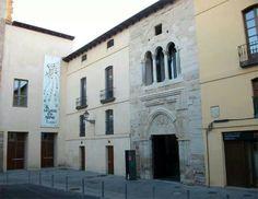 León, palacio del conde Luna, entrada románica