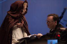 Die Schöne und das Biest Das Bild zeigt die Hauptdarstellerin im Gespräch mit dem Regisseur Christophe Gans © 2014 Concorde Filmverleih GmbH