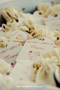 bolsitas con denario, tag y pin #souvenirs #denarios #bautismos Matilda, Stuffed Mushrooms, Party Ideas, Sachets, Christening, Fiestas, Pictures, Stuff Mushrooms, Ideas Party