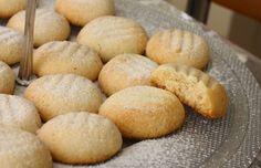 Sastojci za Gurabije: 140 g maslaca, 140 g meda, 280 g brašna, vanilin šećer, karanfilić ili cimet.