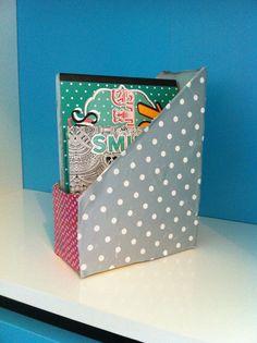 Un petit rangement très simple à faire.Il vous suffit d'une boîte en carton rectangle et un peut d'imagination.Et votre bureau redeviens ordonné !!!