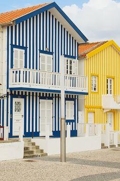 Às riscas e coloridas, são estas casinhas que se destacam na paisagem da Costa Nova! #viaverde #viagensevantagens #Portugal #Aveiro