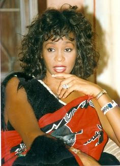 American Singer/Actress Whitney Houston looking beautiful in Swaziland attire during her visit to Swaziland in Beverly Hills, Whitney Houston Pictures, Freestyle Music, Gone Girl, We Are The World, Beautiful Voice, Bobby Brown, American Singers, Beautiful Black Women