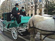 """Vejam de perto os """"dublês"""" de papai-Noel da maravilhosa Tiffany&Co! Aquele embrulho azul... Numa rua de Paris!"""