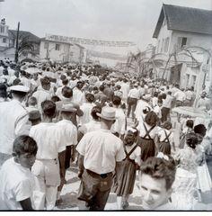 Multidão se reúne nas ruas por ocasião de visita do presidente Juscelino Kubitschek a inauguração de fábrica da Ford.