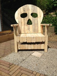 Deck chair skull made from pallets