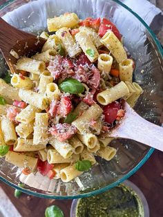 Tomato pesto pasta salad recipe | Sip Bite Go In ~20 minutes, you can have an Italian style tomato pesto pasta salad ready to eat. It's an easy cold side dish for a potluck or party. Enjoy it as a make ahead salad for steak dinners, pizza nights, for a bbq side dish or a wfh lunch idea. | sipbitego.com #sipbitego #pastasalad #makeahead #Italian #salad #sidedish #pasta #appetizer Basil Pesto Pasta, Pesto Pasta Salad, Easy Pasta Salad, Tomato Pesto, Pasta Salad Italian, Pasta Salad Recipes, Supper Recipes, Side Dish Recipes, Cold Side Dishes