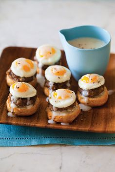 Tiny Eggs Benedict - Tiny Food in one Bite website! One Bite Appetizers, Appetizer Recipes, Brunch Recipes, Party Appetizers, Appetizer Ideas, Healthy Appetizers, Party Recipes, Mini Aperitivos, Breakfast And Brunch