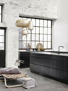 Schwarzer Küchenblock - leuchtend-grau.de  #Kitchen #minimal #Minimalism #Interior