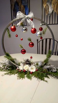 Christmas Candle Decorations, Christmas Flowers, Diy Christmas Tree, Christmas Projects, Christmas Holidays, Christmas Wreaths, Christmas Ornaments, Art Floral Noel, Christmas Floral Arrangements