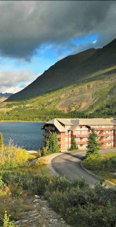 Many Glacier Lodge and Lake at the Glacier National Park in Montana | visitglacierpark.com