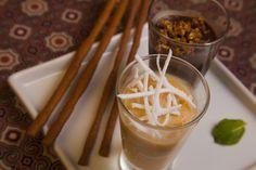Brigadeiros de cacau e coco com pralinê de pistache e palitos de especiarias