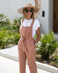 relaxed fit overall and straw hat outfit Legerer Overall und Strohhut-Outfit Outfits With Hats, Trendy Outfits, Cute Outfits, Outfits With Overalls, White Overalls, Overalls Women, Dungarees, Spring Summer Fashion, Spring Outfits