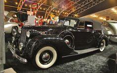 Packard 1707 Convertible Victoria 1939  Plusieurs considèrent cette Packard comme étant la plus incroyable jamais construite par ce manufacturier. Le modèle de l'année 1939 est celui dont la production fut la plus limitée. Muni d'un moteur V12 de 473 pouces cubes et 175 chevaux, ce monstre de 5570 livres fut le 14e produit sur 17. Moins d'un mois après avoir été livrée à son heureux propriétaire, Hitler envahissait la Pologne. Packard, qui avait construit des moteurs d'avion pendant