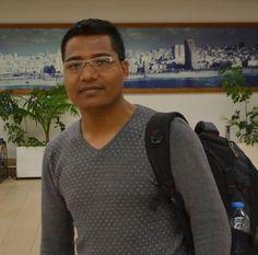 """Y mientras tanto """" de Nepal, en Israel y de vuelta a Nepal""""... El Dr. Shri Krishna Kwashichwa, quién estudió medicina en Israel, es uno de quienes se ha unido a la delegación humanitaria de las Fuerzas de Defensa de Israel, y está trantando víctimas del terremoto. Al haber nacido en Nepal, esta misión ha tocado su corazón. Muchos de sus familiares han perdido sus hogares. El Dr. Shri Krishna ha declarado que """"Israel está haciendo algo estupendo, y de parte del pueblo de Nepal, os lo quiero…"""