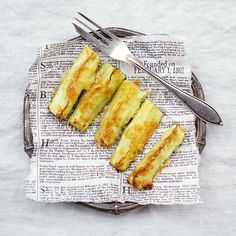 lumo lifestyle: Helpot kesäkurpitsa-parmesanranskalaiset * Easy zucchini parmesan fries Parmesan Fries, Zucchini Parmesan, Vegetarian Recipes, Lifestyle, Tableware, Easy, Parties, Fiestas, Dinnerware